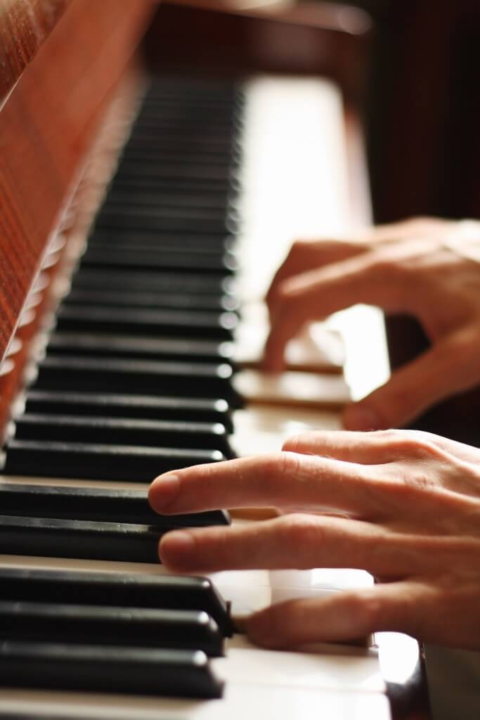 Hire a talented pianist for your next special event in southern New Jersey. Call Arnie Abrams at (877) 255-5883.